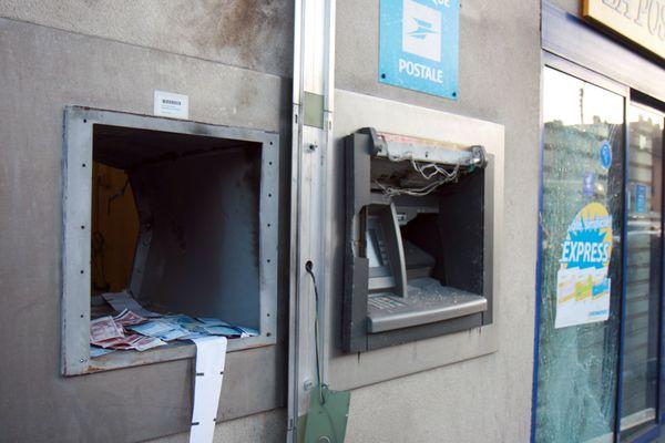 Un distributeur cible d'un braquage à l'explosif, à Carrières_sur-Seine (Yvelines) en 2010 (photo d'illustration).