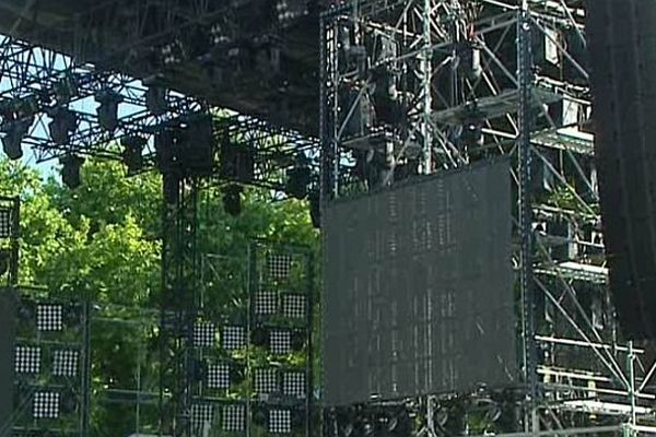 Montpellier - la scène de 60 tonnes de France 2 est montée pour la fête de la musique - 20 juin 2014