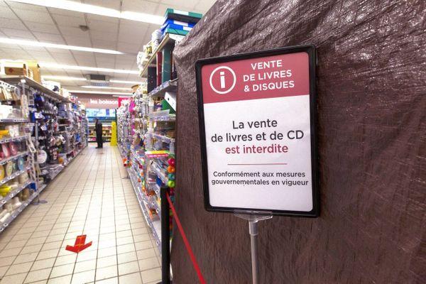Les hypermarchés doivent interdire l'accès ou bâcher leurs rayons de produits non essentiels.