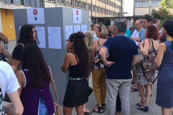 Narbonne (Aude) - affichage des résultats du bac 2019, au lycée Louise Michel, avec des notes provisoires pour certains - 5 juillet 2019.