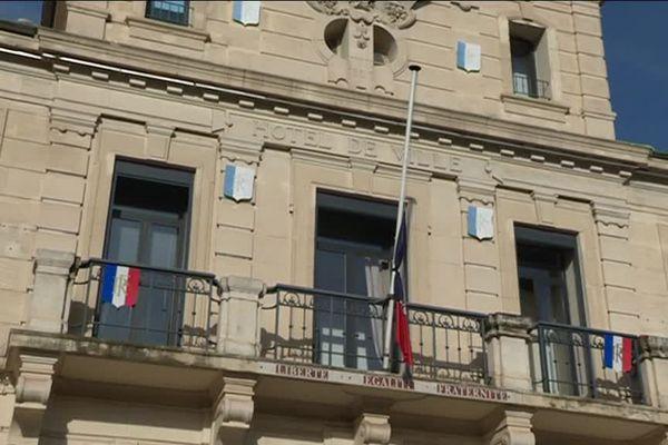 Les drapeaux de la mairie de Gardanne sont en berne.