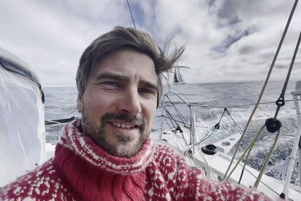 Boris Herrmann montre dans une vidéo le voilier de Jean-Le Cam tout proche du sien ce jour de Noël.