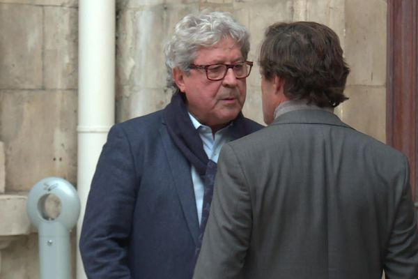 Discussion tendue entre Roland Bernard (de face) et Thomas Rudigoz (de dos) avant le conseil municipal de Lyon du 18 novembre.