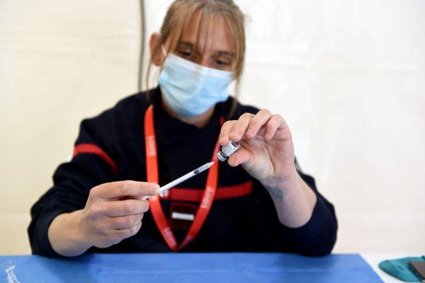 Après avoir participé à la campagne de vaccination, les sapeurs-pompiers vont devoir eux-mêmes justifier avoir reçu les deux doses contre le Covid, sous peine d'être suspendus.