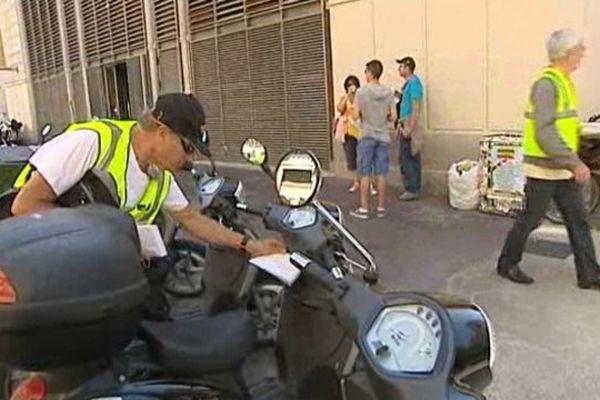 A Montpellier, les agents de la sécurité routière distribuent des lettres sur les guidons des 2 roues pour inciter les motards à la prudence l'été