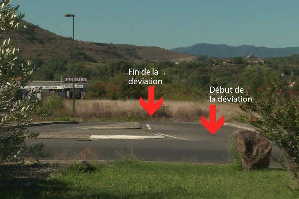 Sur ce rond-point au nord de Rosières, cette sortie devait permettre d'emprunter une déviation. Mais depuis 20 ans, elle conduit à un champ.