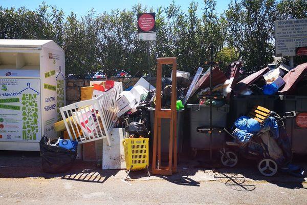 Des déchets déposes dans le centre de Tourrettes-sur-Loup de manière anarchique.