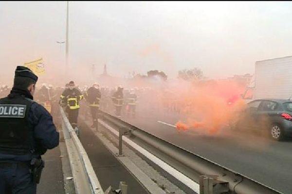 Les pompiers manifestent sur l'A8 à l'ouest de Nice