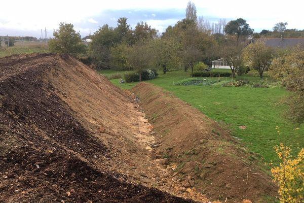 Oubliés de la LGV : Le remblais érigé par Edgar Blot au fond de son jardin.