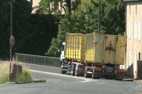 """""""Le virage noir"""". Le balai incessant des poids lourds sur l'avenue François Mitterrand à Labruguière dans le Tarn qui frôlent les habitations."""
