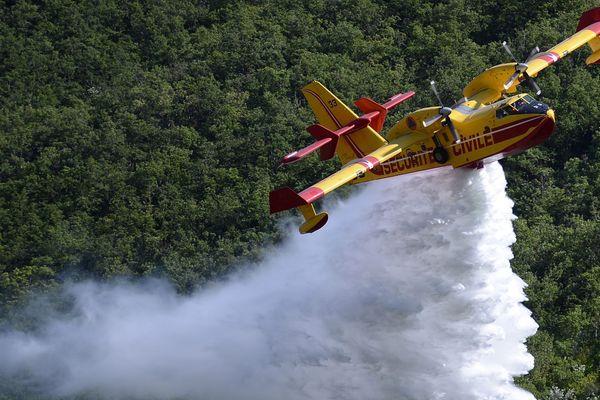 ILLUSTRATION - Un Canadair lors d'un largage de démonstration de lutte contre les feux de forêts, à Digne-les-Bains (Alpes-de-Haute-Provence).