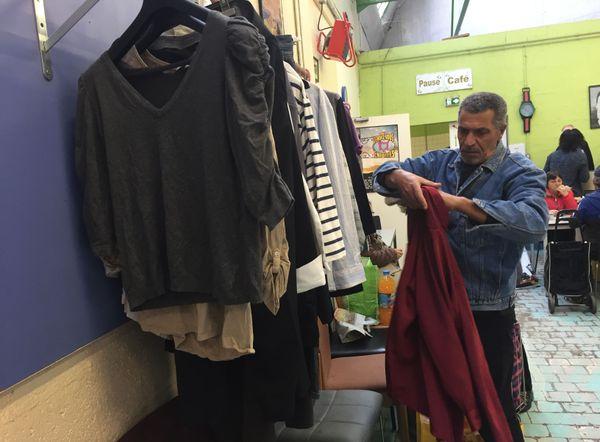 Outre l'aide alimentaire, le centre fournissait aussi des vêtements gratuits aux bénéficiaires.
