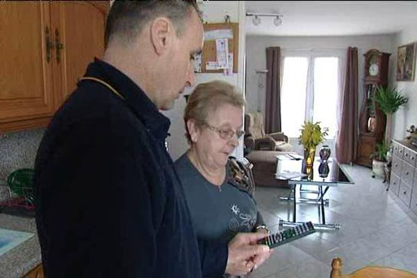 Pour les plus de 70 ans un agent de la poste peut venir vous installer le décodeur