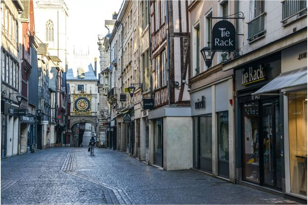 Rouen, la mythique rue du Gros Horloge désertée pendant le confinement.