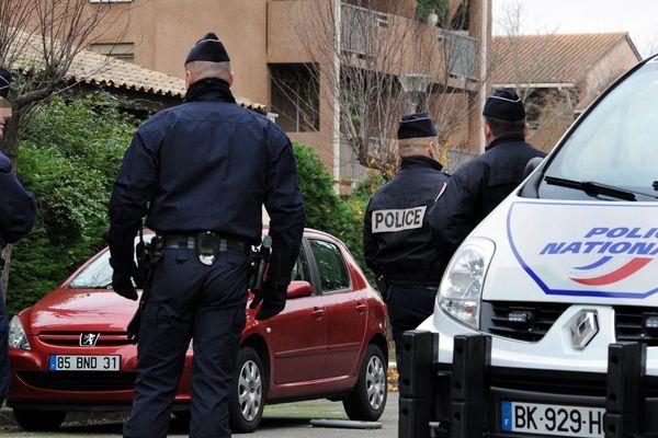 Des policiers en faction devant la résidence où a eu lieu le crime