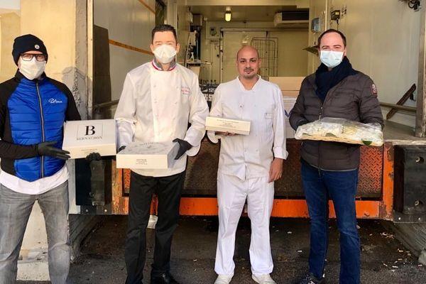 Vincent Leroux, le Chef MOF Gilles Reinhardt et Francesco Santin lors d'une livraison d'un brunch pour le personnel soignant de l'hôpital de La Croix-Rousse de Lyon.