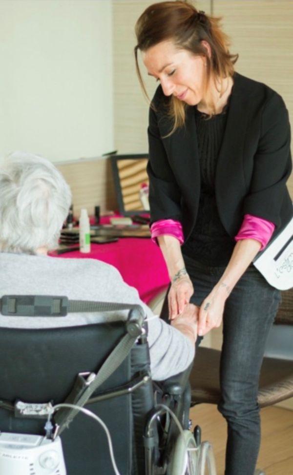 Laëtitia intervient auprès des personnes âgées en Ehpad