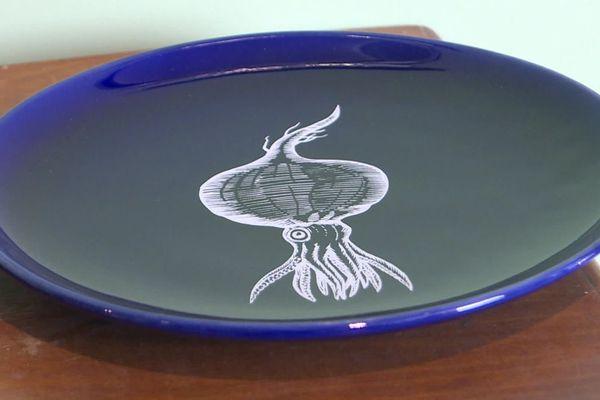 """Des assiettes de couleur """"bleu de Nevers"""" ont été spécialement fabriquées pour un des restaurants d'Alain Ducasse au Japon."""