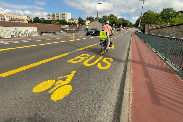 Des pistes cyclables provisoires en jaune qui pourront être pérennisées.