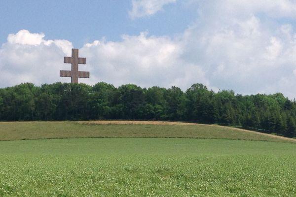 La croix de Lorraine, à Colombey-les-Deux-Églises en Haute-Marne. Le stade Charles De Gaule sera baptisé le 11 novembre 2020.