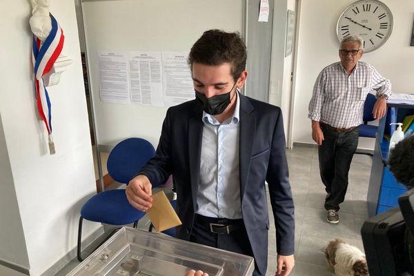 """La tête de liste """"Corsica Fiera"""", Jean-Antoine Giacomi, a voté peu avant 10 heures à Pruno."""