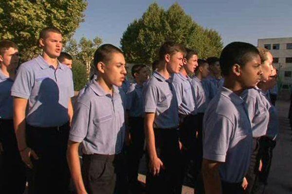 Après les cours, les jeunes lycéens apprennent l'hymne nationale.