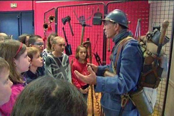 L'historien Bernard Dodane avec les écoliers de la Chaussée
