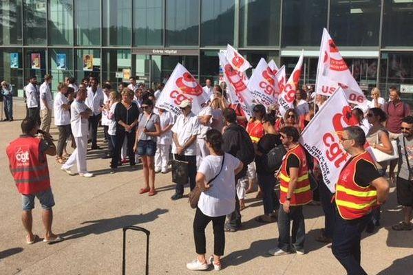 Les personnels du service manifestent devant l'hôpital Pasteur.