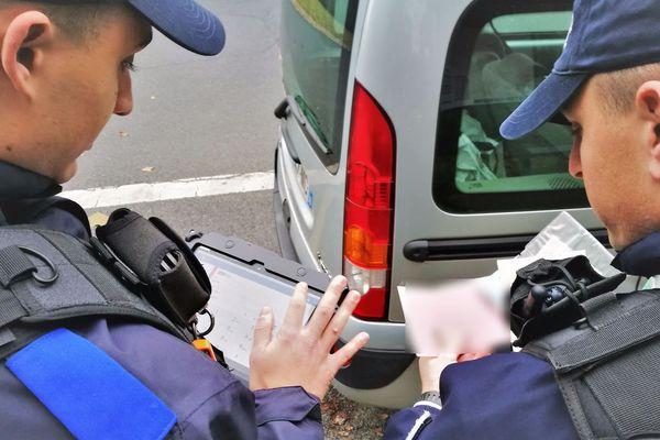 Dans le Loiret, certains policiers contrôlent désormais à l'aide de tablettes ou de smartphones.