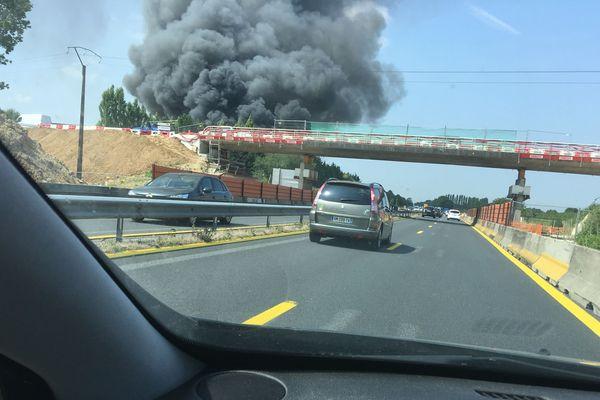 La fumée est visible depuis l'A13