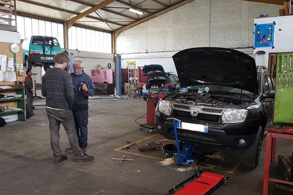 Depuis 34 ans à Clermont-Ferrand,  l'AMIPA aide les adhérents de l'association à réparer leur voiture tous seuls. Elle leur fournit des outils et de précieux conseils.