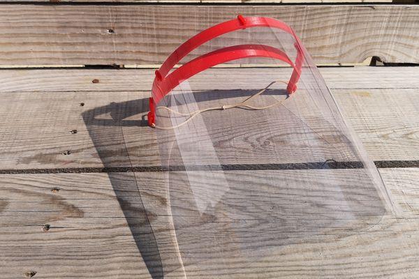 Deux élastiques, une feuille rhodoïd et du filament plastique suffisent pour fabriquer une visière.