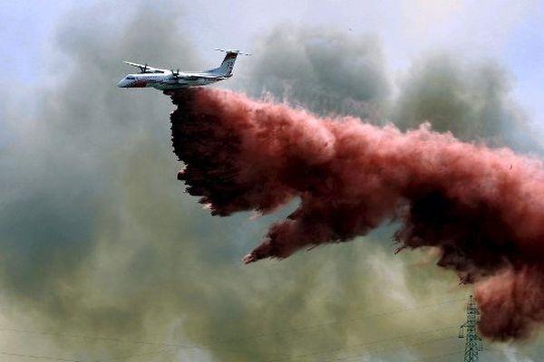À Mulsanne dans la Sarthe, un bombardier d'eau de type Dash est venu spécialement de Marignane dans les Bouches-du-Rhône pour combattre le feu de forêt qui a ravagé 90 hectares de pins