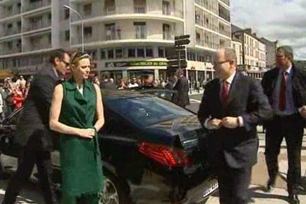 """Le prince Albert II et son épouse sont arrivés mercredi 14/05 en fin de matinée à Aurillac, où ils ont inauguré une exposition intitulée """"D'un rocher à l'autre"""", sur l'histoire commune du Carladès et de Monaco"""
