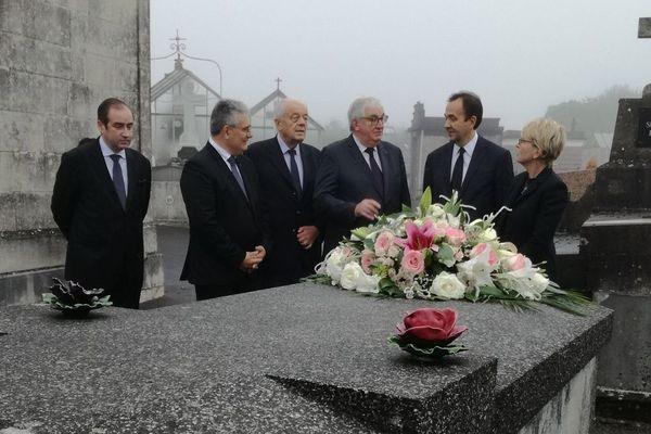 Claude Chirac et son mari devant la tombe familiale