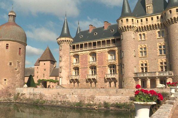 C'est un château du XIVè siècle, très bien conservé, et toujours habité par la même dynastie, Les Noblet d'Anglure