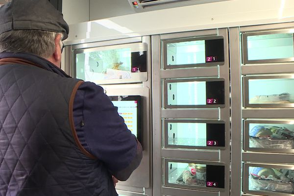 Didier Thibaud devant le terminal de paiement qui débloque les casiers alimentaires.