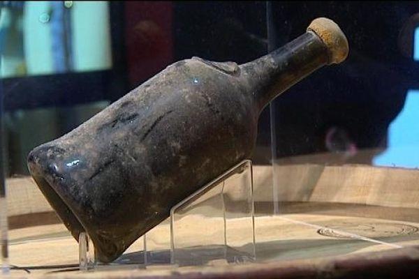 Bon, c'est vrai qu'elle est sale cette bouteille. En même temps, elle date de 1864.