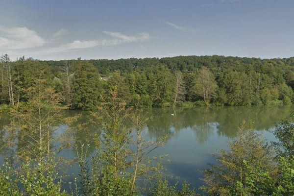 La baignade est interdite depuis le 31 juillet 2020 dans l'Etang de la Noé à la Bonneville-sur-Iton (Eure), après la découverte de la présence d'une bactérie dans l'eau.