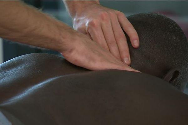 Une fois par mois, 4 masseurs kinésithérapeutes proposent des soins gratuits à Besançon.