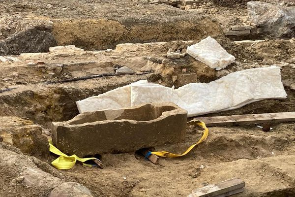 Un sarcophage en pierre très bien conservé fait partie des vestiges retrouvés dans le sous-sol d'Argentan