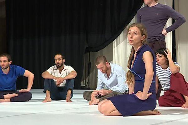 Ambre Senatore au travail avec ses danseurs avant les représentations en Avignon