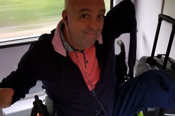 Philippe Croizon a été photographié dans le train après qu'un contrôleur de la SNCF lui ait demandé de présenter sa carte d'invalidité.