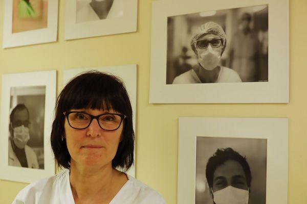 Isabelle, aide-soignante devant son portrait - CHU de Besançon