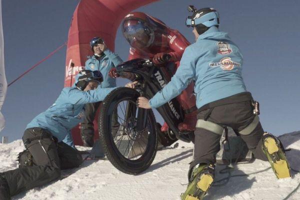 Eric Barone à Vars ce matin lors de sa tentative de record du monde de vitesse en VTT sur neige.