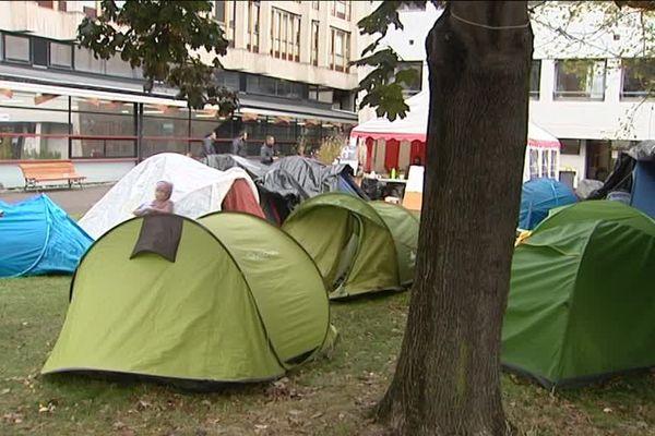 Les tentes sont toujours présentes derrière la faculté de lettres.