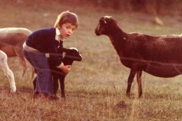 Stéphane Linou, à cinq ans, chez ses grand-parents, éleveurs de brebis dans le Quercy