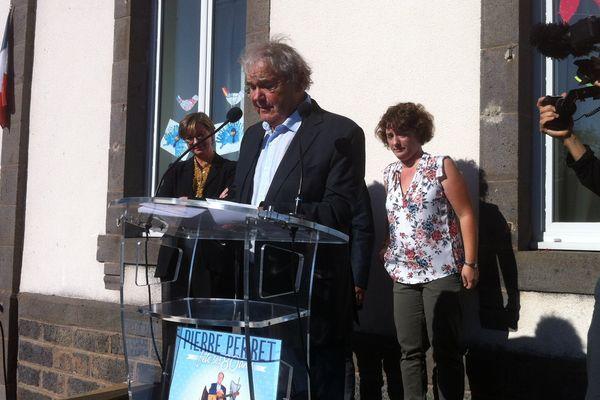 """Pierre Perret faisant un discours lors de l'inauguration de l'école """"Pierre Perret"""" à Pierrefort dans le Cantal."""
