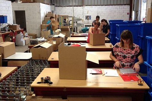Pomas (Aude) - les salariés de rentreediscount.com préparent les commandes - août 2014.