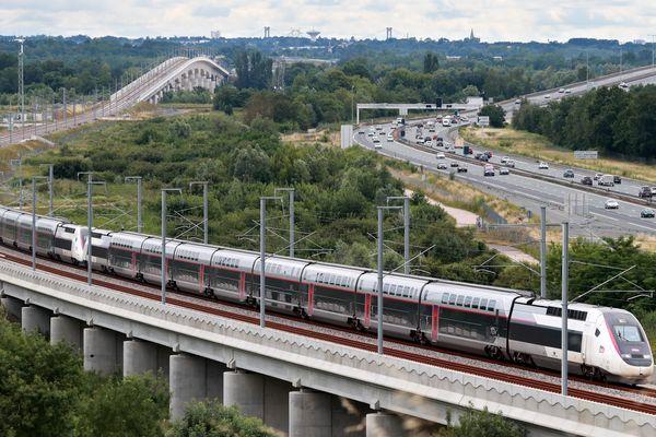 TGV ATLANTIQUE : Autoroute A10 Passage d'un TGV OCEANE à proximité de Cubzac les Pont après le Viaduc de la Dordogne